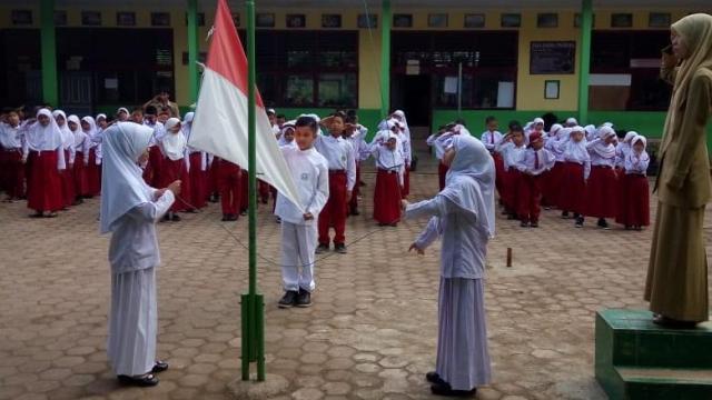 Kegiatan Upacara Bendera Siswa