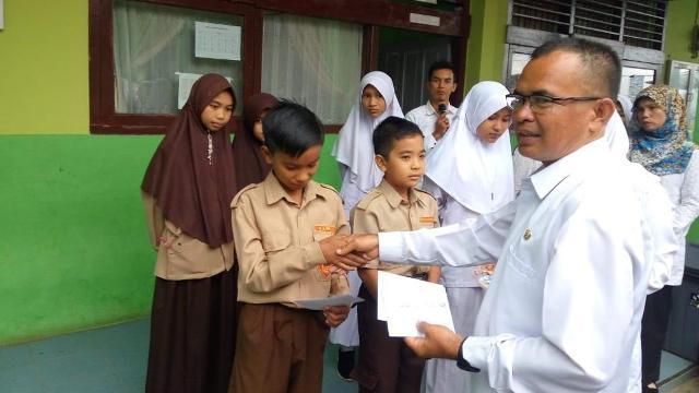 Kepala Madrasah Memberi Reward kepada Peserta KSMO