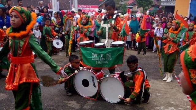 Penampilan Drumband MIN 2 Tanah Datar pada HUT RI