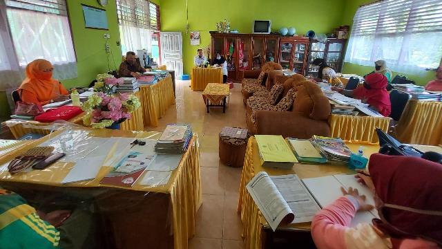 Kepala Madrasah Memimpin Rapat Dinas di Ruang Majelis Guru